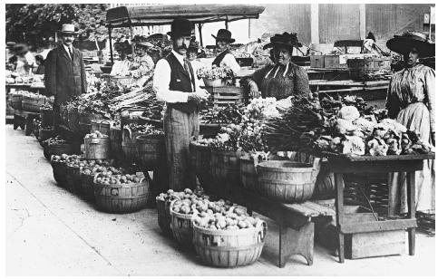 Curbside farmers market in Dubuque, Iowa, circa 1900. COURTESY OF THE NATIONAL ARCHIVES.