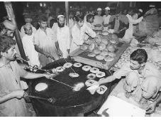Cooks frying cakes for Ramadan in Karachi, Pakistan. COURTESYAP/WIDE WORLD PHOTOS.