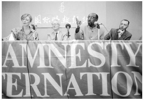 The secretary general of Amnesty International, Pierre Sane (second from right), discusses the organizations 1996 China campaign, March 15, 1996. [AP/WIDE WORLD PHOTOS]