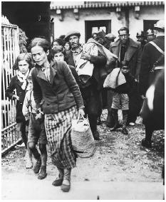 Refugees forced from their homes as a result of the Spanish Civil War arrive at the French border town of Luchon. [HULTONDEUTSCH COLLECTION/CORBIS]