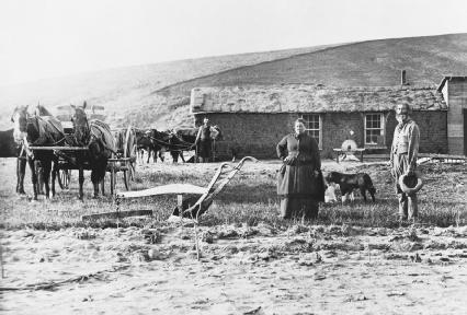 Homestead Act settlers stand outside their farmhouse in Custer County, Nebraska, in the late 1800s. © Bettmann/Corbis.