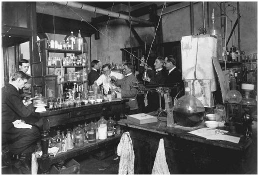 A food research laboratory in early-twentieth-century New York. (©CORBIS)